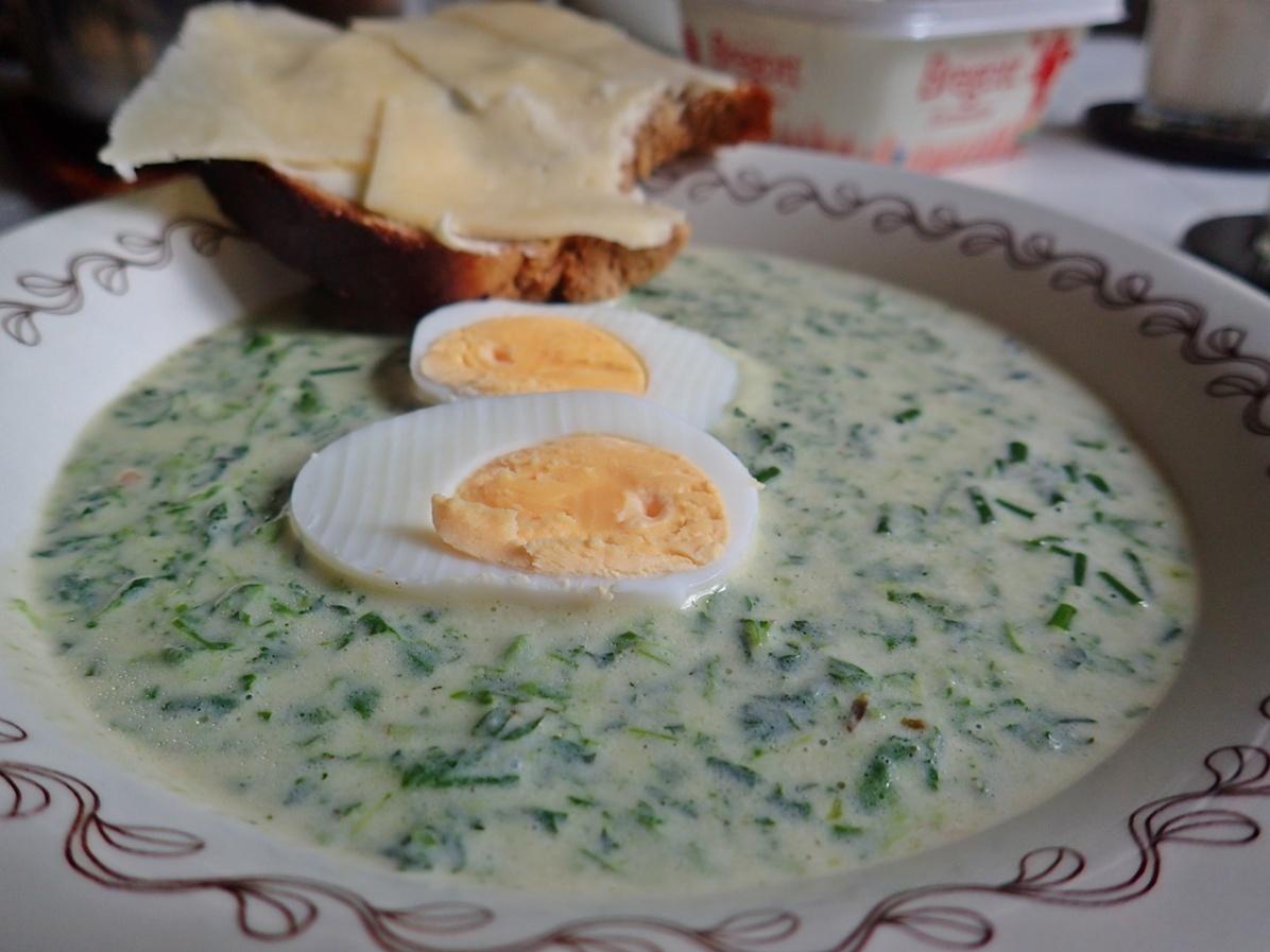 25 april, ogrässoppa (nässlor, kirskål) ... och så ett par ägghalvor - Klart! :)