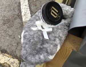Inuti toffeln ligger en snusdosa och inuti den finns säkert snus :)