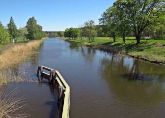 Göta kanal ... längst bort ser man E4:an på den höga bron.