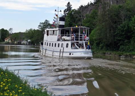 Dagen innan, på eftermiddagen kom turbåten Lindön af Söderköping in ...