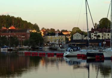 17 maj. Solen börjar gå upp över Valdemarsvik ...