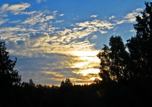 Den tidiga morgonens skyar på himlen drog snart bort ...