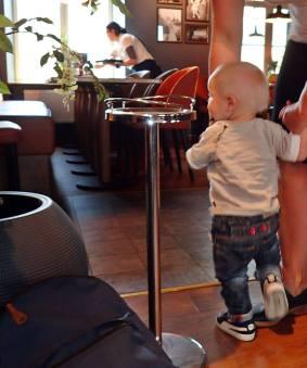 Charlie var måttligt road och tyckte det var ganska tråkigt att sitta vid bordet.