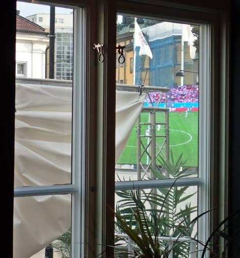 Utanför fönstret såg vi tv-skärmen och lite av Louis de Geer ...