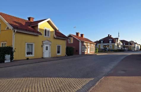 En gata med gamla hus