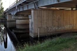 Promenadvägen går under bron ...