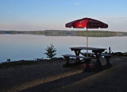 Vid badplatsen, där solen ännu inte kommit hittade jag detta bord som väntade på dagens första gäster ...