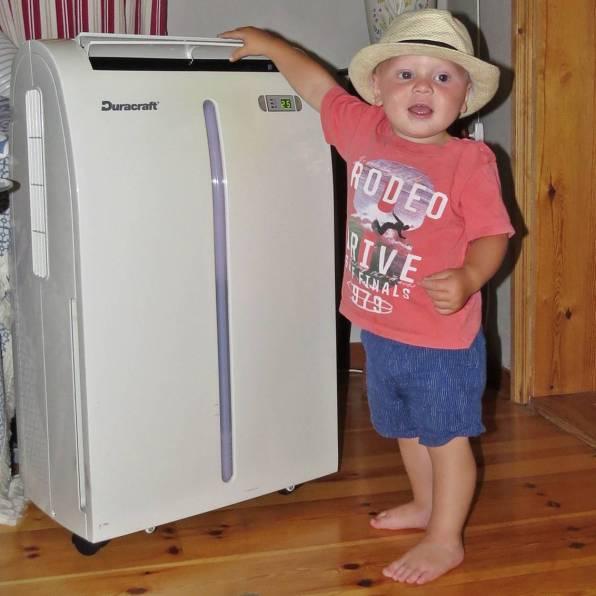 22 juli ... hemma. Charlie upptäckte vår AC. Kolla farmor! Den blåser!