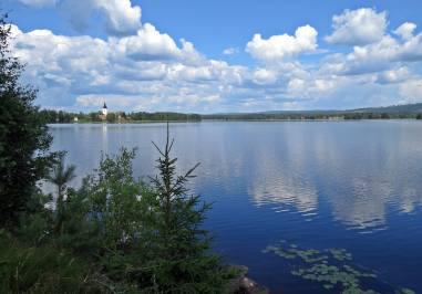På andra sidan sjön ser vi Svärdsjö kyrka ...