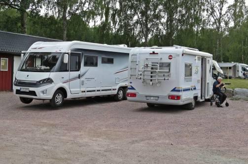 Här står vi ... närmaste grannar är bloggvännen Lennart och hans fru Irene med sin alldeles nya fina husbil :)