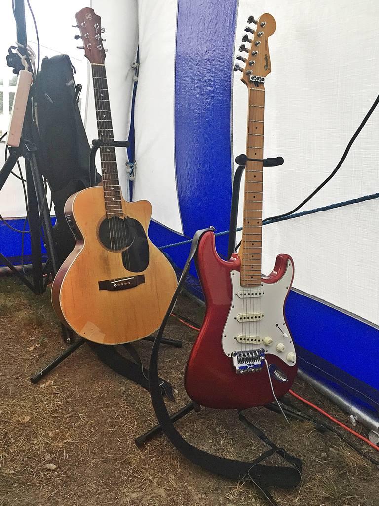 Två olika gitarrer ...