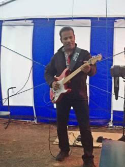 ... men samme musikant. han var riktigt bra och spelade och sjöng i minst 5 timmar!