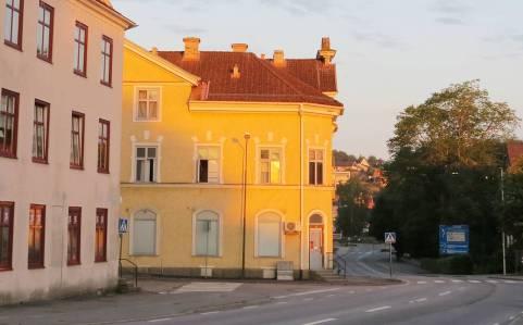 Stannade i Kisa över natten ... Morgonsolen ger huset en fin färg ...