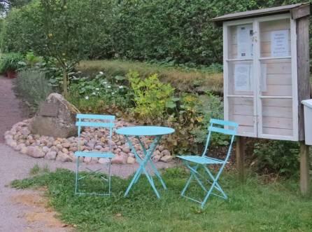 Det första man ser är bordet, stolarna och den inglasade anslagstavlan ...