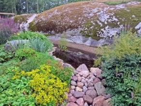 Det nyaste är dammen - så fin vid berget!