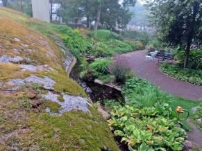 vy över en del av trädgården uppifrån berget ...