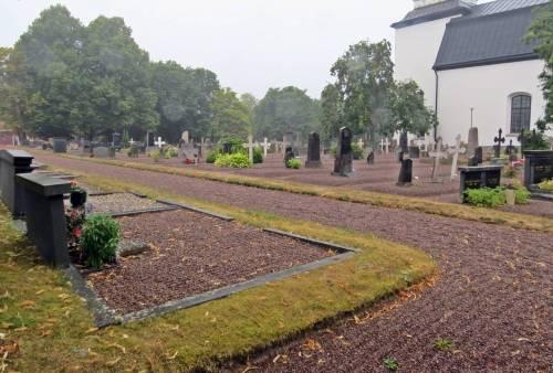 Ovanlig kyrkogård ... mycket grus ... lite gräs - känns konstigt.
