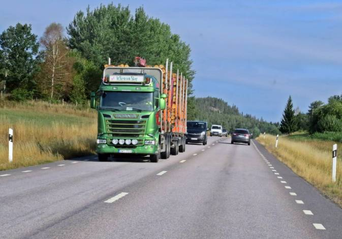 Mycket trafik - många timmerbilar ...