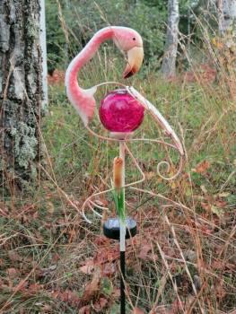 ... och i trädgården stod den här flamingon och ytterligare några till.