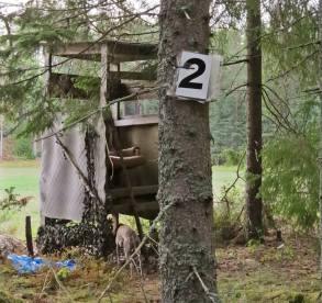 Olle hittade ett ganska nytt jakttorn i kanten ... vad 2:an står för vet jag inte ...