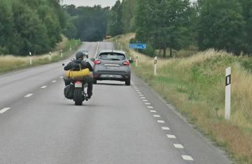 En hel del motorcyklar på vägen ...