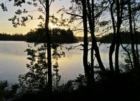 Började med att gå över vägen till sjön på andra sidan - där solen går upp.