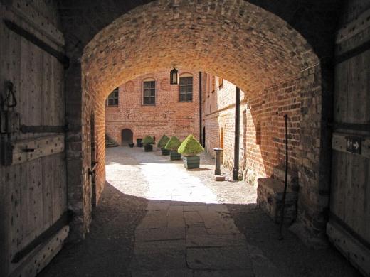 Ingången genom den tjocka slottsmuren vid Gripsholm slott är väl också en slags tunnel ...
