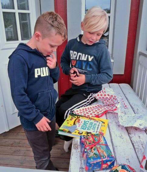 30 augusti. Paketöppning. En bok om djur ... ett av Ludvigs intressen - han älskar djur :)