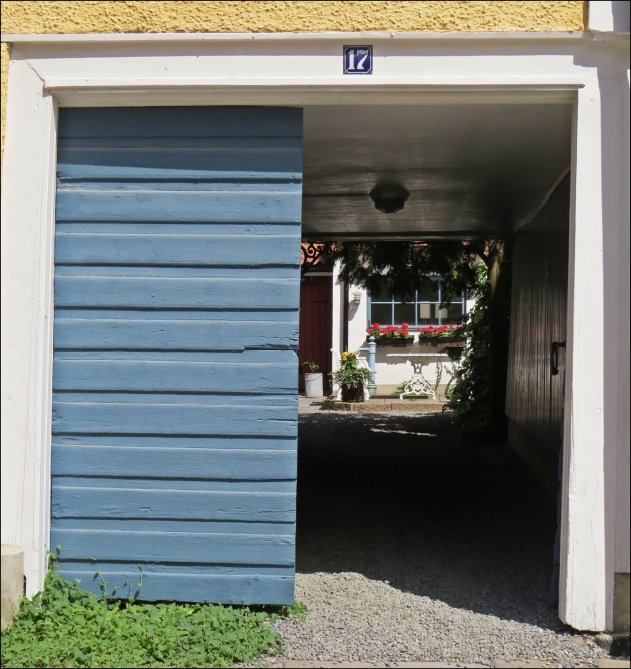 Även ingången från gatan till en innergård känns för mig som en liten tunnel ...