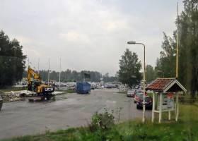 Innan parkeringen vid Kolmårdens djurpark, där svängde vi in ...