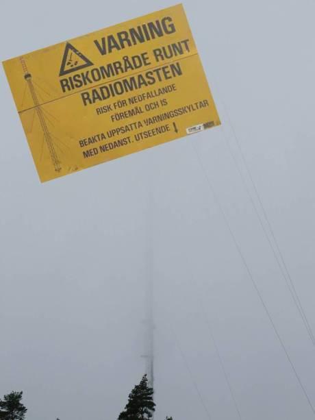 Slutligen parkerade vi uppe vid radiomasten. Vädret var som synes grått och disig och det duggregnade.