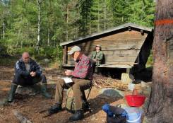 Efter att traskat runt i skogen och så fått lite att äta och dricka så var det skönt att sitta ner en stund.