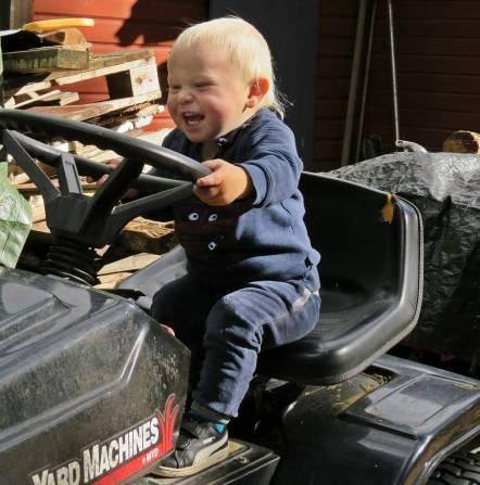 Traktorförare ... snart kan han nog hjälpa farfar med gräsklippning och annat kul.