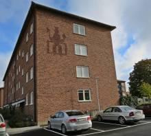 """I ett av grannhusen hade jag många lekkamrater - lägg märke till """"Gull-Olle"""" - Norrköpings skyddshelgon, på väggen ..."""