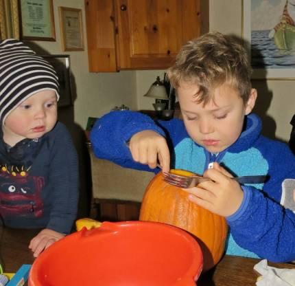 27 oktober. Pumpalyktor tillverkades ... Ludvig jobbar och Charlie tittar på ...
