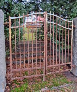 efter att ha varit vid vägkorsningen vände vi och gick mot Norsholm igen ... och passerade den här gamla grinden ...