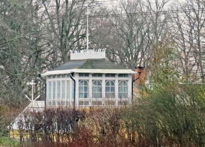 På andra sidan järnvägen finns ett vackert gammalt orangeri ...
