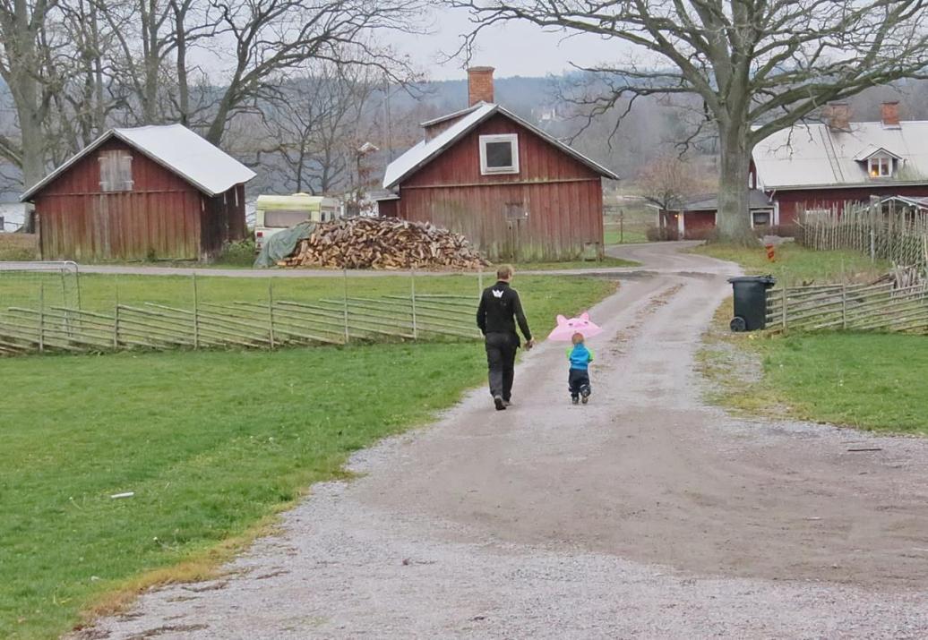 Oskar tvekar lite och under tiden kommer hans far ifatt honom ... och efter en stunds småprat återvänder de till sitt.