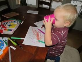 Charlie gillar att rita ...