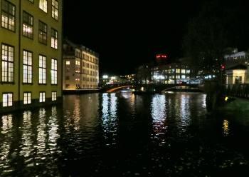 ... sen gick vi förbi Arbetets museum - i bakgrunden ser man Bergsbron och universitetet.