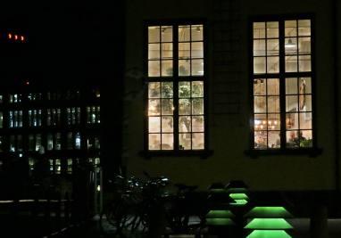 Innanför fönstren finns ett trevligt café ...