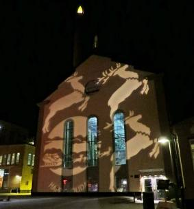 Konst med ljus och skugga på Värmekyrkans gavel.
