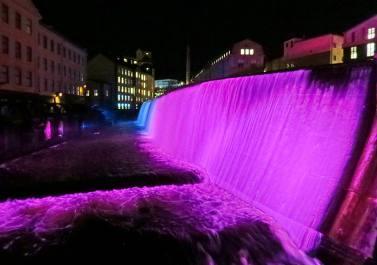 Vattenfallet färgas av 14 färgkanoner ...