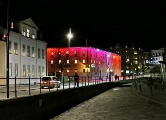 På Dalsgatan finns detta upplysta hus som skiftar mellan blått och rött ...