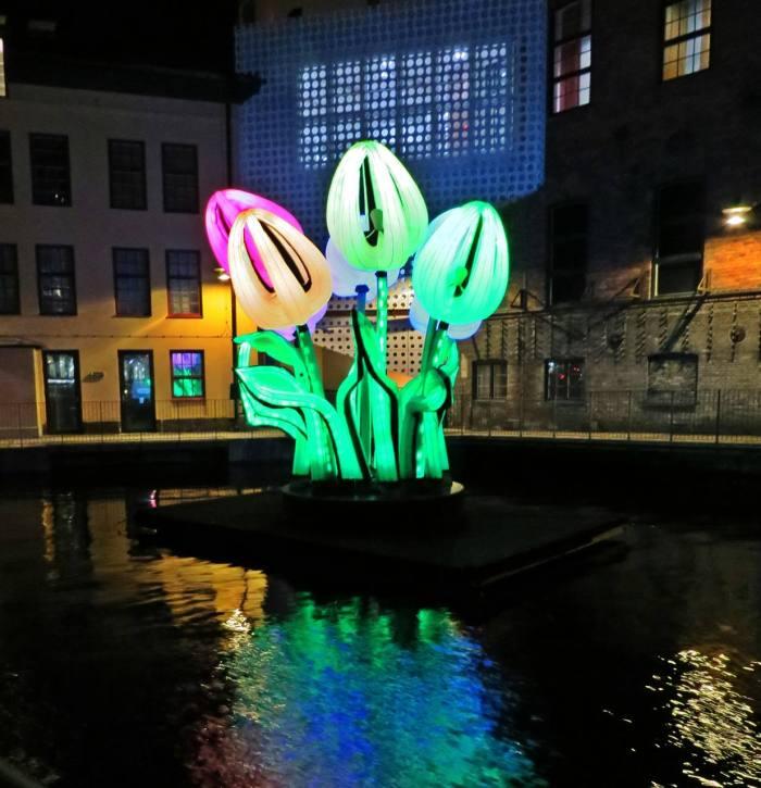 Fortsatte upp till Kungsgatan där vi började och gick bort för att titta på den stora tulpanbuketten vid Visualiserings center ...