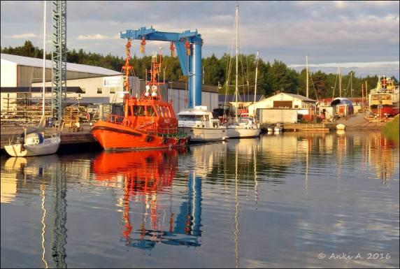 Avspeglat en tidig sommarmorgon i Femöre Marina, Oxelösund.