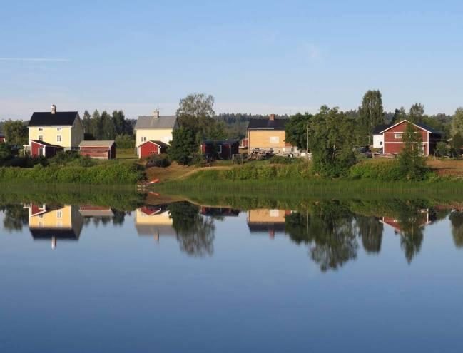 Stilla och alldeles spegelblankt - en morgon i Malung.