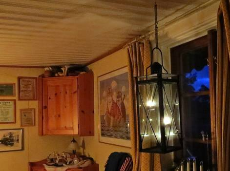 Många ljus går det åt för att lysa upp ... snart ljusnar det ute ...