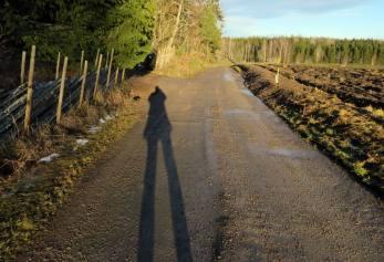 Solen står som högst på himlen ... men ger ändå långa skuggor ...