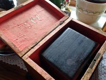 Inuti den asken ligger en annan ask, som jag tror har tillhört min farmorsmor ...